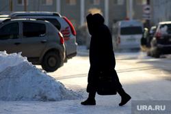 Мороз. Курган, снег, пешеход, холод, зима, женщина, машины, парковка, мороз