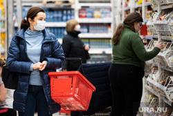 Противоэпидемические меры, предпринимаемые торгово-развлекательными центрами Екатеринбурга, продукты, покупатели, гастроном, заражение, гипермаркет, продуктовая корзина, бакалея, медицинская маска, вирус, покупка продуктов, скопление народа, маска на лицо, продуктовый магазин, продукты питания