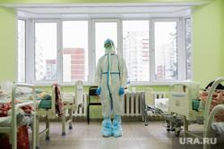 Свердловский областной клинический психоневрологический госпиталь для ветеранов войн, где оказывают помощь пациентам с коронавирусной инфекцией COVID-19. Екатеринбург, госпиталь, палата, медик, защитный костюм, медицина, медицинский работник, врач, больница, covid19, лечащий врач, противочумный костюм, коронавирус, противочумной костюм, красная зона, ковидный госпиталь