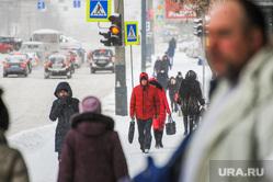 Снегопад, зима. Челябинск, снег, пешеход, снегопад, зима, люди, дорога