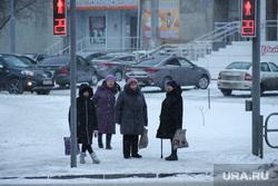 Виды города. Курган, бабушки, женщины, пешеходы, пенсия, пенсионный возраст