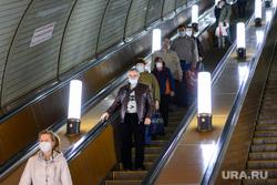 Масочный режим в екатеринбургском метрополитене. Екатеринбург, эскалатор, подземка, метрополитен, метро
