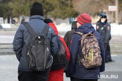 Поицейские. Курган, рюкзаки, подростки, дети, школьники, пацаны, парни, ученики