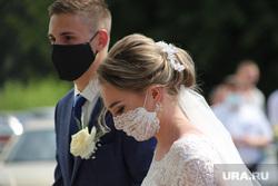 Бракосочетание в день семьи, любви и верности во время коронавируса. Курган, свадьба, жених и невеста, медицинская маска, бракосочетание, масочный режим