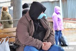 Город.  Курган, ожидание, люди в масках, масочный режим, пандемия коронавируса
