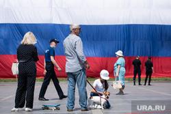 Развернутый флаг России в Историческом сквере. Екатеринбург, семья, триколор, флаг россии, россияне