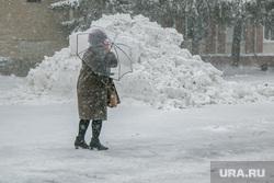 Город в снегу. Курган, снегопад, ветер, пурга, снег в городе, женщина с зонтом