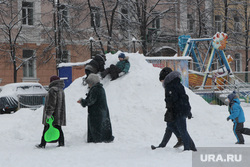 Уборка города от снега Курган, площадь ленина, город в снегу, дети на горке