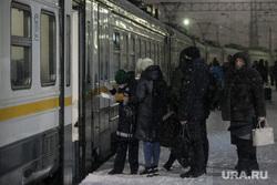 Поезда дальнего следования на железнодорожном вокзале во время снегопада. Рязань, снег, билеты, вокзал, поезд, зима, туризм, путешествие, пассажир, проводник, ржд, турист, жд, пассажиры, железная дорога, проводник поезда