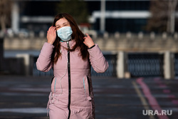 Виды Екатеринбурга, прогулка, город, защитная маска, маска на лицо, девушка в маске, медицинская  маска