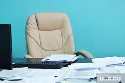 Согласительная комиссия с  представителем власти города и «Водного Союза».   Курган , отставка, пустое кресло, рабочий стол, документы на столе