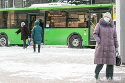 Виды города, зима. Тюмень, остановка, автобусная остановка, автобус, общественный транспорт, остановка общественного транспорта