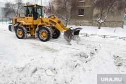 Уборка снега. Екатеринбург, сугроб, бульдозер, снег на дороге
