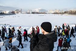 Несанкционированный митинг в поддержку оппозиционера. Екатеринбург, зима, переход по льду, шествие, набережная городского пруда, город екатеринбург, несанкционированная акция, свободу навальному, толпа людей