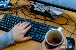 Компьютерная клавиатура. Челябинск, чай, журналист, клавиатура, кружка, пальцы, сисадмин, компьютер, рука, удаленная работа, удаленка, офисная техника