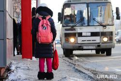 Город. Курган, снег, автобусная остановка, школьница, автобус, девочка, весна, пассажиры автобуса, ученица