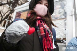Несанкционированная акция «Цепь солидарности» в день Святого Валентина вдоль улицы Старый Арбат. Москва, сердце, сердечко, протестующие, протест, белая лента