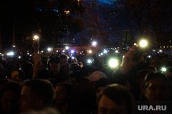 Третий день протестов против строительства храма Св. Екатерины в сквере у театра драмы. Екатеринбург, сквер, фонарики, толпа, свет, сквер на драме