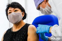 Вакцинация от коронавирусной инфекции в городской больнице №1. Челябинск, укол, шприц, процедурный кабинет, вакцинация, прививка от ковид, сарсенбаева арман