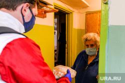 Волонтеры МГЕР помогают пожилым людям купить необходимые продукты во время карантина. Челябинск, пенсионер, волонтеры, эпидемия, бабушка, старуха, пожилой человек