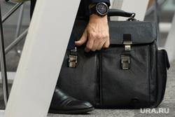ИННОПРОМ-2019. Первый день международной выставки. Екатеринбург, часы, ботинки, портфель, бизнесмен, рука