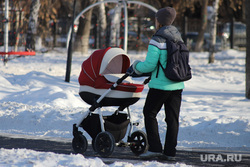 Город. Курган, мама с ребенком, зима, женщина с коляской, детская коляска, мама и ребенок