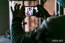 Презентация брендбука Тюмени. Тюмень, фотосъемка, смартфон в руке