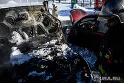 Последствия пожара на автостоянке у башни Исеть. Екатеринбург, сгоревшая машина, капот автомобиля, автомобиль сгорел