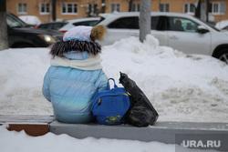 Чиновник, бизнесмен, портфель. Москва, ребенок, зима, школьник, портфель, сидит, снег в городе