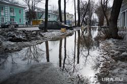 Состояние дорог Екатеринбурга, тротуар, лужа, пешеходная зона, слякоть, оттепель, тротуар в воде