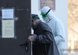 Работа фельдшеров скорой помощи в условиях коронавирусной инфекции на территории городской больницы №2. Курган, защитный костюм, приемный покой, фельдшер на вызове, скорая помощь, пациент, пандемия коронавируса, средства защиты