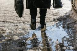 Снег и грязь на дорогах  и во дворах города Курган, лужа, наледь на тротуаре, оттепель, ноги
