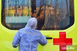 Работа фельдшеров скорой помощи в условиях коронавирусной инфекции на территории городской больницы №2. Курган, защитный костюм, фельдшер на вызове, скорая помощь, пандемия коронавируса
