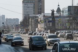 Четырнадцатый день вынужденных выходных из-за ситуации с CoVID-19. Екатеринбург, памятник ленину, площадь 1905года, дорожное движение, автомобильный поток