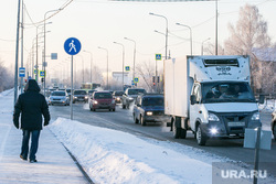 Морозные дни. Тюмень, снег, машины, пешеход, зима, автомобили, поток машин