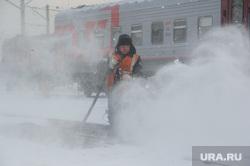 Подготовка поезда дальнего следования к рейсу: проводница в пассажирском вагоне. Екатеринбург, уборка снега, российские железные дороги, сотрудники ржд, чистка путей