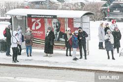 Виды города, зима. Тюмень, остановка, автобусная остановка, прохожие, остановка общественного транспорта, пешеходы