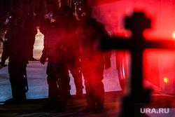 Среднеуральский монастырь после ночного штурма полицией. Среднеуральск, силовики, православный крест, полиция, оцепление, омон