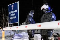 Среднеуральский монастырь после ночного штурма полицией. Среднеуральск, проход закрыт, среднеуральский женский монастырь, оцепление, шлагбаум, омон