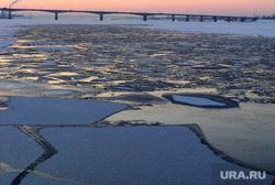 Зимние виды города Пермь, мост, лед на реке
