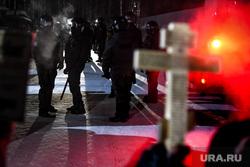Обстановка вокруг Среднеуральского монастыря после штурма. Екатеринбург, крест, полиция, монахини, среднеуральский женский монастырь, омон по хмао, послушницы, православие, инокини