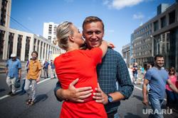 Митинг Либертарианской партии против пенсионной реформы. Москва, протестующие, объятия, навальный алексей, митинг, протест, навальная юлия