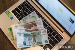 Ноутбук, деньги, интернет покупки. Москва, ноутбук, интернет, сеть, клавиатура, работа, покупки, всемирная сеть, компьютер, деньги, работа в офисе, руки, удаленка
