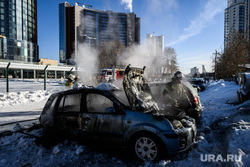 Последствия пожара на автостоянке у башни Исеть. Екатеринбург, улица февральской революции, сгоревший автомобиль, сгоревшая машина, хайат, отель хаятт, машина сгорела