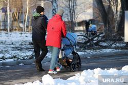 Город во время пандемии коронавирусной инфекции. Курган , семья, материнство, дети, зима, молодые родители, детская  коляска