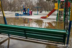 Парк Зеленая роща. Екатеринбург, лужа, парк зеленая роща, детская площадка, межсезонье, качели