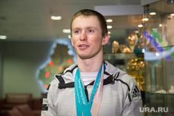 Встреча олимпийских медалистов Дениса Спицова и Александра Большунова в аэропорту. Тюмень, спицов денис