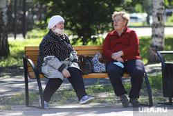 Нарушение режима самоизоляции жителями города. Курган, бабушки, пенсионер на скамейке, нарушение режима