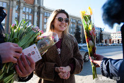 Сотрудники ГИБДД поздравляют женщин с 8 марта. Екатеринбург, девушка, тюльпаны, женщина, подарок, цветы, международный женский день, 8 марта