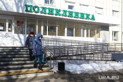Сенатор Сергей Муратов вручает медикам второй горбольницы кислородные концентраты. Курган, поликлиника, пациенты, горбольница 2